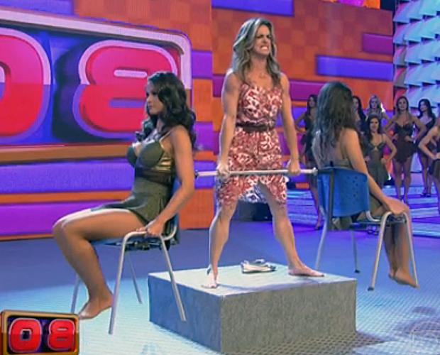 Valesca Rocha mostra sua força no 'levantamento de bailarinas'  (Foto: Domingão/TV Globo)