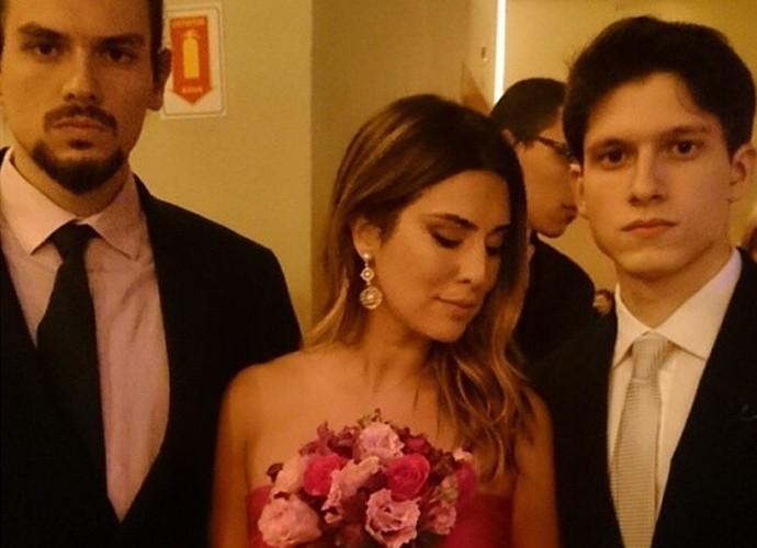 Fernanda Paes Leme mostra o buquê que pegou no casamento (Foto: Arquivo Pessoal)