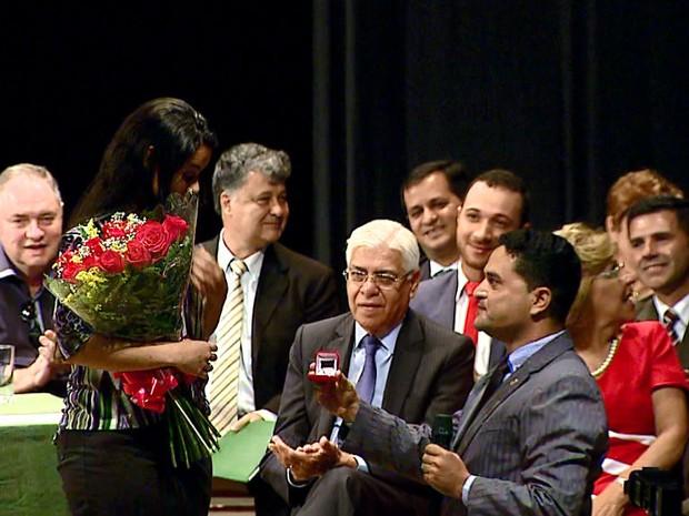 Moisés Lazarine (DEM) pediu a namorada em casamento durante a posse (Foto: Ely Venâncio/EPTV)