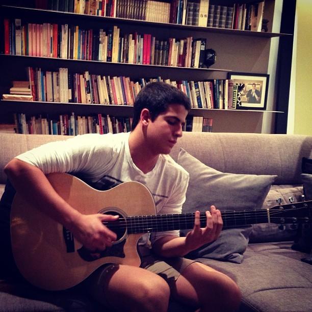 Enzo toca violão (Foto: Instagram/ Reprodução)