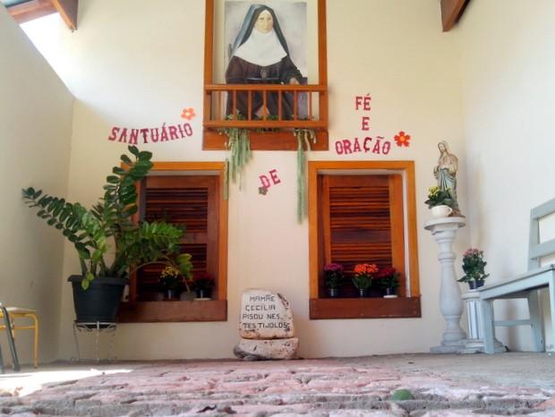 Restos do chalé onde Cecília morou virou santuário; chão pisado por ela foi preservado (Foto: Leon Botão/G1)