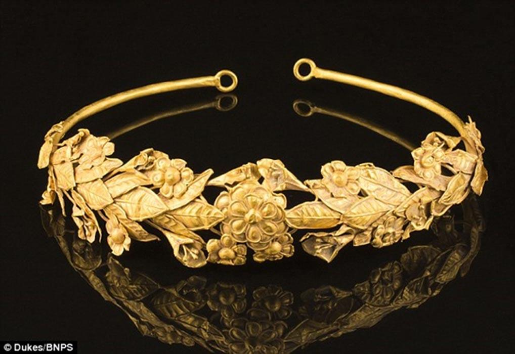 Coroa em forma de grinalda encontrada pelo grego (Foto: Divulgação/Dukes of Dorchester)