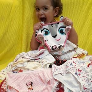 Lívia ficou feliz com o aumento da coleção de calcinhas (Foto: Arquivo pessoal/Jéssyka Thaylo)