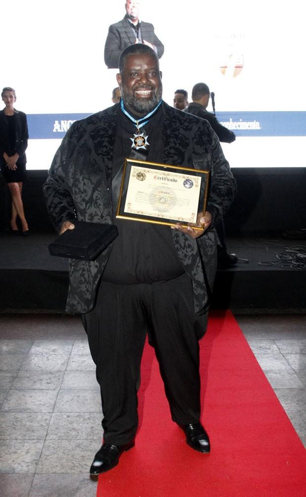 Péricles com seu prêmio (Foto: Brazil News / Marcos Ferreira)