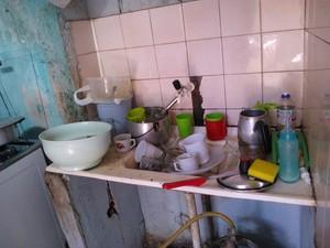 Não tem água para fazer comida, lavar as vasilhas e nem sequer tomar banho. (Foto: Maria Freitas/ G1)