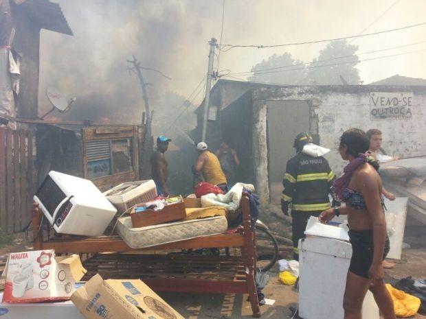 Fogo se alastrou na tarde desta terça-feira (11), em São Vicente (Foto: Adriana Cutino / G1)