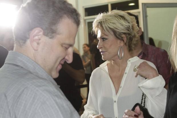 Ana maria Braga com o namorado Bayout em show no Rio (Foto: Isac Luz/EGO)