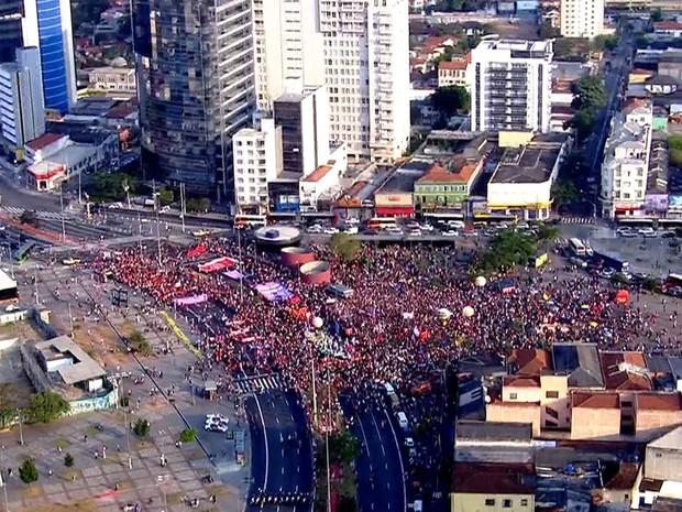 SÃO PAULO - Manifestação contra o governo Temer no Largo da Batata às 16h11 deste domingo (31) (Foto: TV Globo/Reprodução)