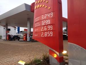 Posto de combustíveis em Porto Velho ainda atualizou bombas com novos valores (Foto: Gaia Quiquiô/G1)