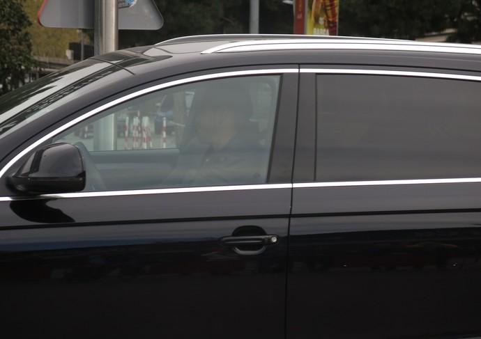 Victor Valdés na chegada ao estádio do Barcelona (Foto: Cíntia Barlem)