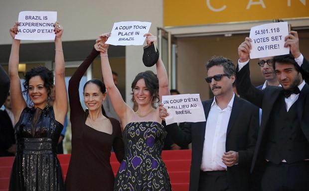Da esq. para dir., Maeve Jinkings, Sonia Braga, Carla Ribas, Kleber Mendonça Filho e Humberto Carrão protestam contra o impeachment da presidente Dilma no Festival de Cannes (Foto: REUTERS/Jean-Paul Pelissier)
