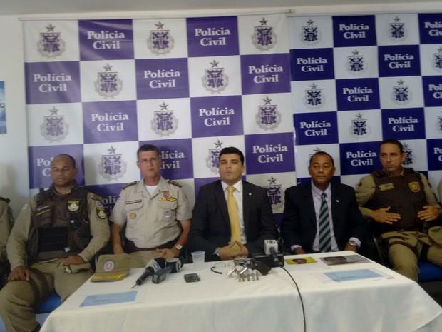Representantes das polícias Civil e Militar participaram da coletiva que detalhou ação de quadrilha em posto de saúde (Foto: Maiana Belo/G1 Bahia)