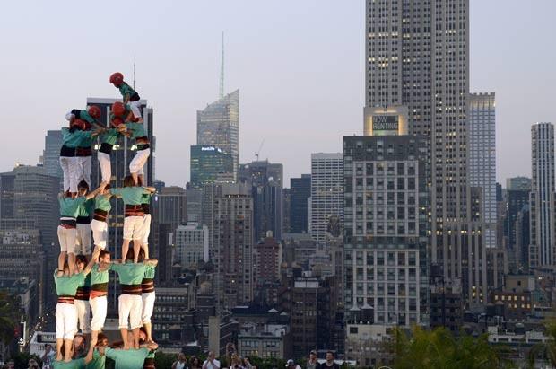 Grupo pretende formar várias outras torres em diferentes configurações no terraço até o dia 24 de junho. (Foto: Timothy A. Clary/AFP)