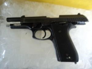 Uma pistola ponto 40, de uso restrito da polícia, foi apreendida em Poá (Foto: Rodrigo Galvão/ Polícia Militar)