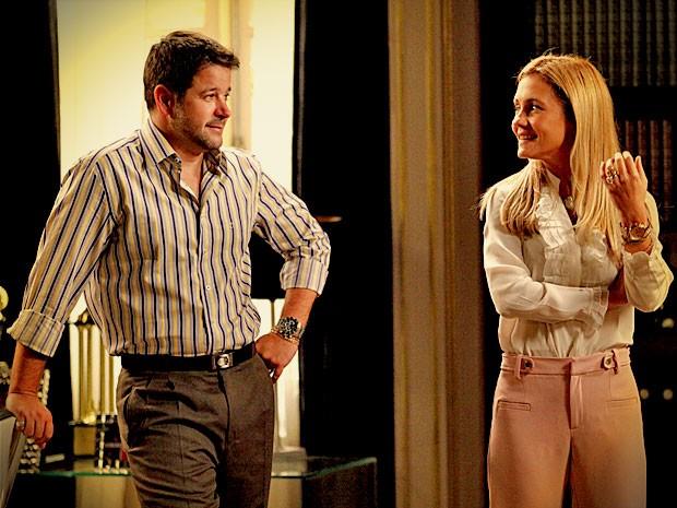 Sem graça, ele diz a Carminha que o vestido era para Ágata (Foto: Avenida Brasil/ TV Globo)