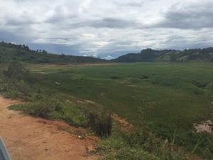 Seca modificou paisagem de represa em Salesópolis (Foto: Jenifer Carpani/G1)