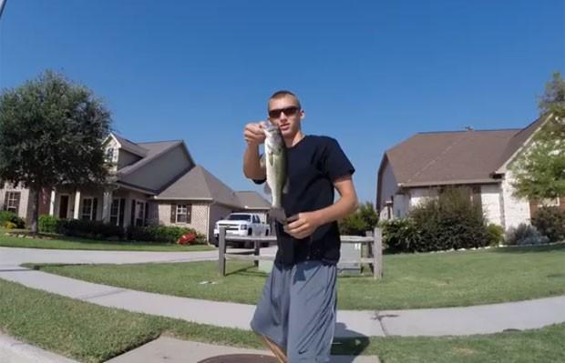Adolescente fisga peixes em bueiro nos EUA