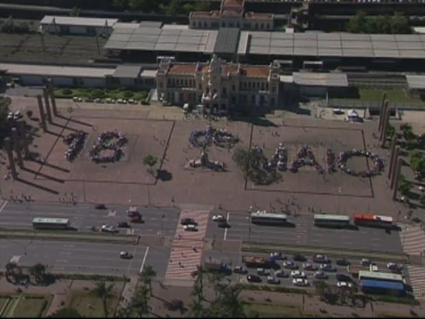 """Centenas de jovens fornaram um """"banner humano"""" no Dia de Combate a Exploração Sexual. (Foto: Reprodução/TV Globo)"""