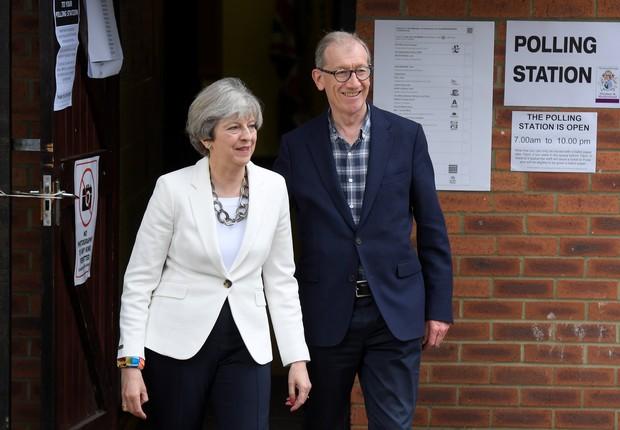 Theresa May votou ao lado do marido (Foto: Toby Melville/Reuters)