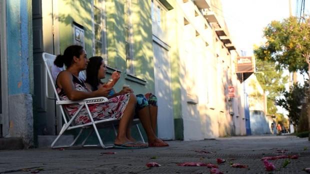 O hbito suburbano de conversar na calada (Foto: Catraca Livre)