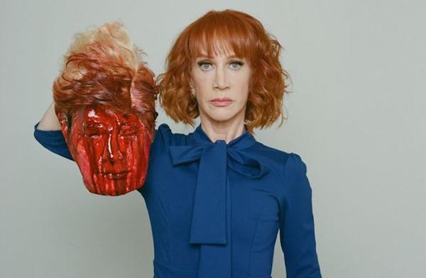 A comediante Kathy Griffin com a cabeça decaptada de Donald Trump (Foto: Reprodução)