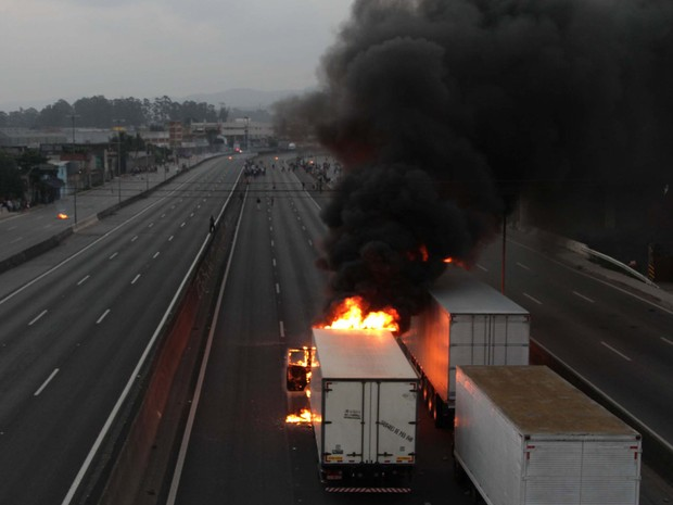 Manifestantes ateiam fogo em ônibus e caminhões durante o protesto contra a morte do garoto Douglas, na rodovia Fernão Dias, em São Paulo (SP), nesta segunda-feira (28). (Foto: Beto Martins/Futura Press)