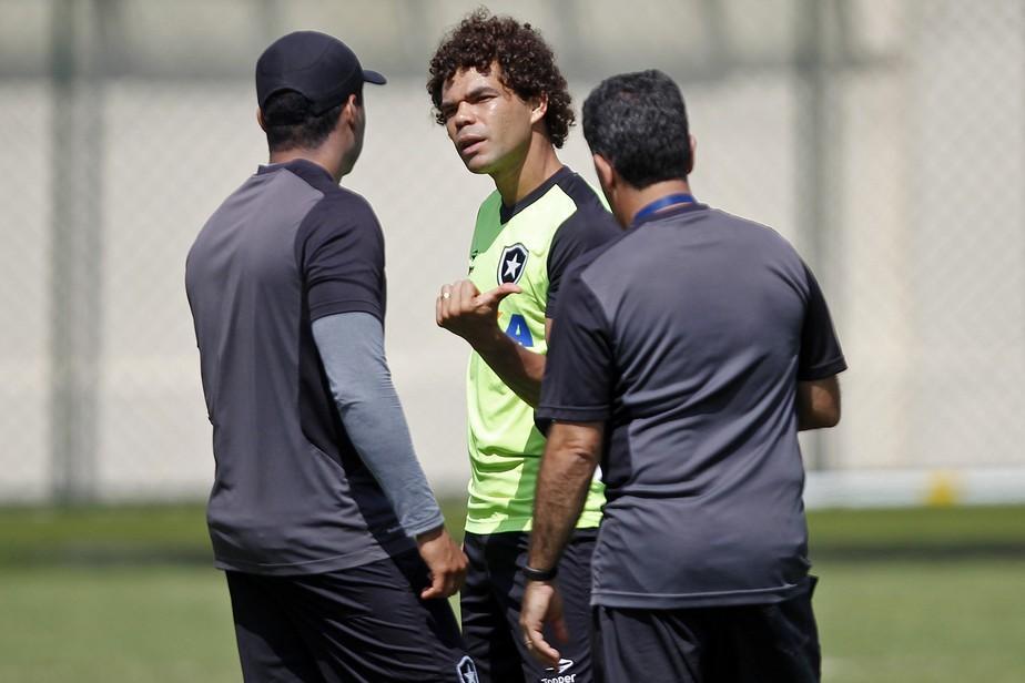 Barrado fora de posição no Botafogo, Camilo cobra Jair e vai embora sem treinar