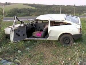 Gol branco envolvido em acidente em rodovia entre Limeira e Engenheiro Coelho (Foto: Reprodução/EPTV)