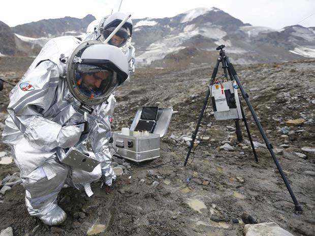 Pesquisadores fazem experimento em geleria da Áustria durante siulação de exploração humana em Marte (Foto: REUTERS/Dominic Ebenbichler)