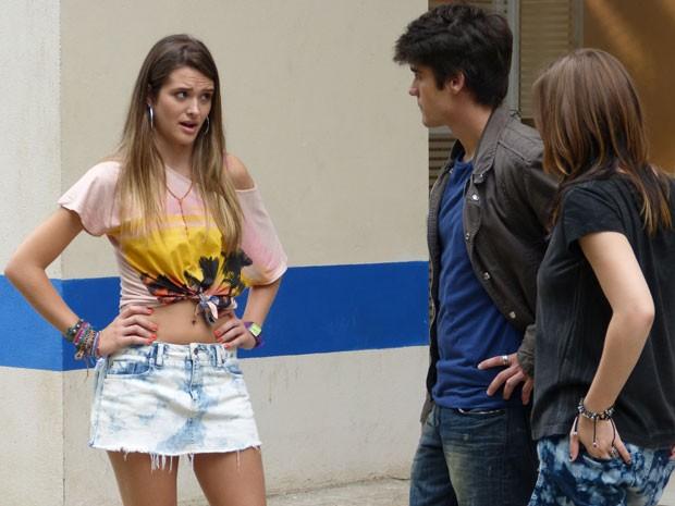 Fatinha diz a Vitor que Sal tentou agarrá-la, mas o motoqueiro não acredita na amiga (Foto: Malhação / Tv Globo)