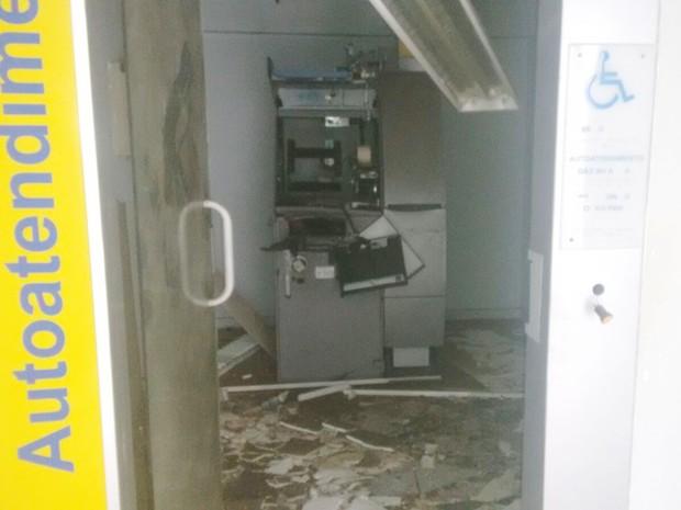 Caixa eletrônico ficou completamente destruído em Brejo do Cruz, no Sertão da Paraíba (Foto: Rafaela Gomes/TV Paraíba)