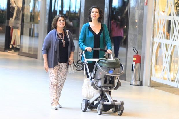 Larissa Maciel com a filha em shopping do Rio (Foto: Delson Silva / AgNews)