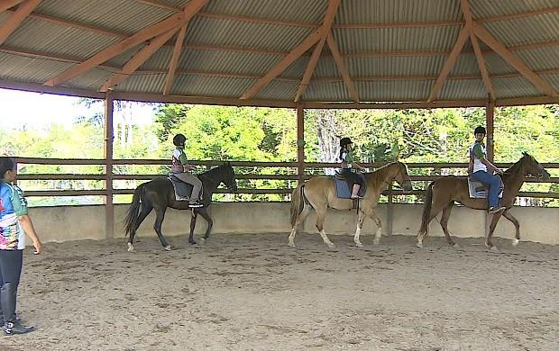 Equoterapia ajuda no desenvolvimento de crianças e adolescentes (Foto: Bom Dia Amazônia)