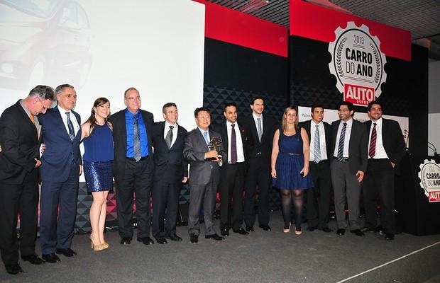 Hyundai recebe trofeu de Carro do Ano 2013 para o HB20 (Foto: Oswaldo Palermo)