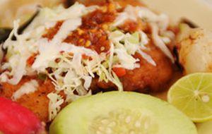 Taco mexicano de peixe com três molhos e guacamole caseiro