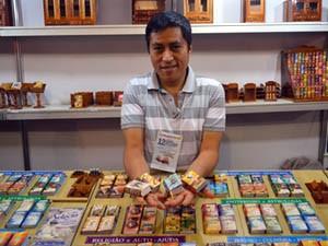 Peruano vende minilivros em inglês, italiano, português e francês (Foto: Rodolfo Tiengo/ G1)