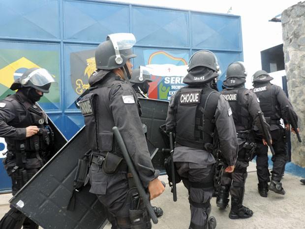 Bcerca de 40 policiais do Batalhão de Choque entraram na unidade por volta do meio-dia (Foto: Marina Barbosa / G1)
