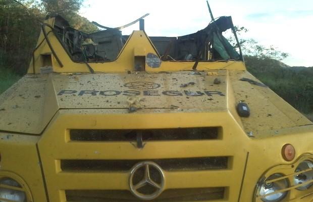 Criminosos explodem carro-forte após troca de tiros e roubam malotes em Goiás (Foto: Divulgação/Polícia Civil)