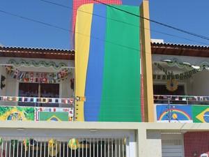 Casa de Jurandir da Silva ornamentada com cores do Brasil (Foto: Juliane Peixinho/G1)
