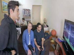 Tiago Leifert desafia Renato Capitan no videogame (Foto: Tv Globo/Gshow)