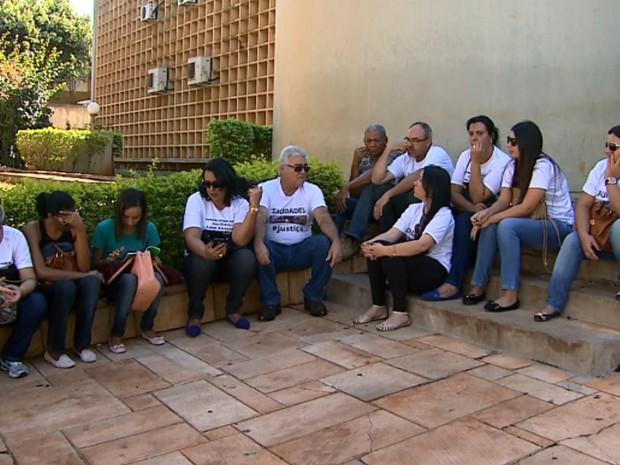 Amigos e familiares pediram justiça do lado de fora do fórum (Foto: Sérgio Oliveira/EPTV)