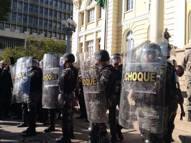 Policiais da Tropa de Choque se posicionam em frente à Secretaria da Fazenda, ocupada por estudantes (Foto: Dayanne Rodrigues/RBS TV)