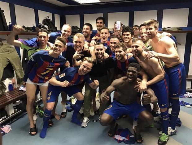 BLOG: Fora por suspensão, Neymar aparece no celular de Messi no vestiário; confira