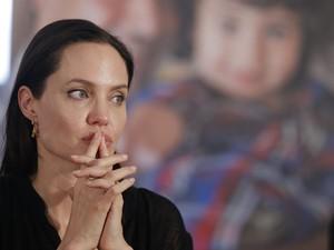 Enviada especial do Alto Comissariado da ONU para Refugiados, Angelina Jolie participa de coletiva de imprensa durante visita a acampamento em Mardin, na Turquia, no sábado (20)