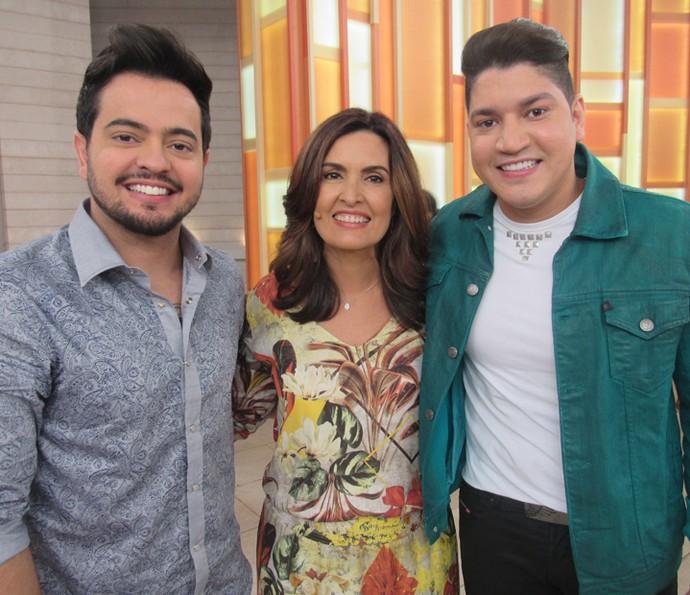 Apresentadora com a dupla Henrique e Diego (Foto: Priscilla Massena/Gshow)