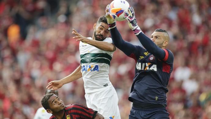 weverton atlético-pr x coritiba atletiba  (Foto: Giuliano Gomes/PR Press)