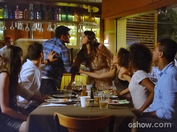 Luiza e André brigam no meio de todos os amigos (Foto: Em Família/ TV Globo)