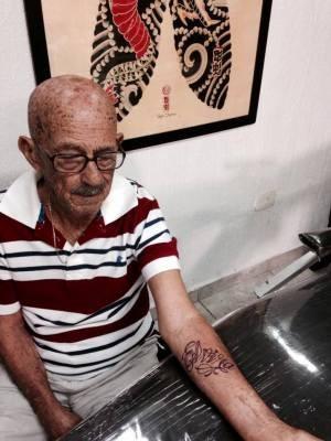 José, de 92 anos, decidiu fazer a primeira tatuagem e homenageou a esposa (Foto: Divulgação/Maha Tattoo)