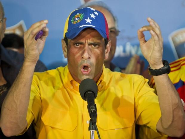 Opositor Henrique Capriles discursa após a divulgação dos resultados eleitorais deste domingo (14) (Foto: AFP PHOTO/RONALDO SCHEMIDT )