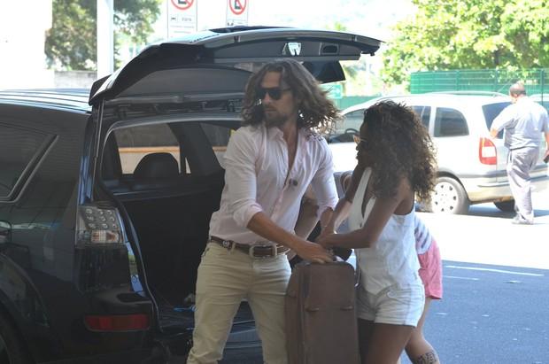 Igor Rickli no aeroporto com sua mulher, Aline (Foto: William Oda / Foto Rio News)